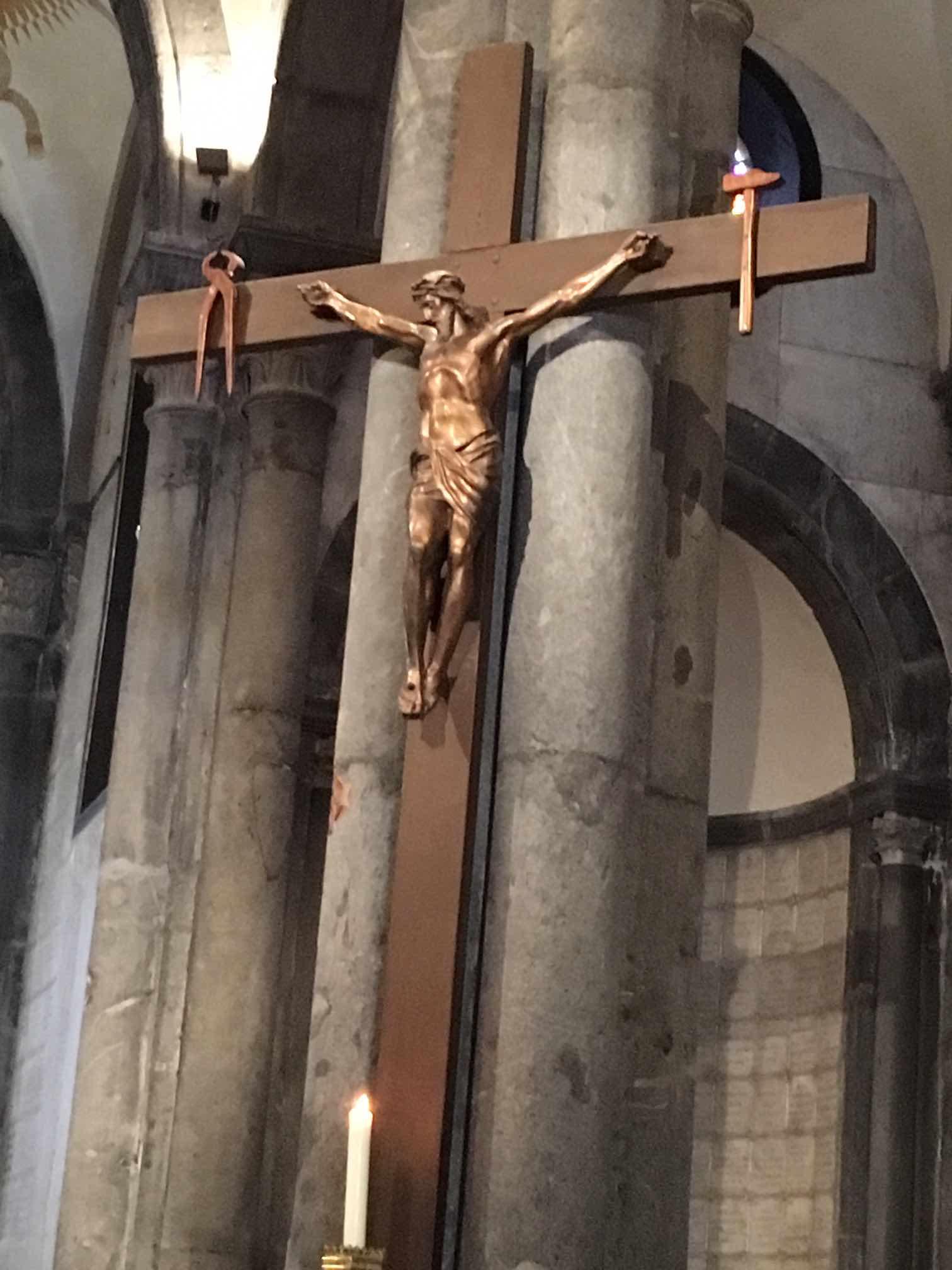 Con đường \u201eVia Dolorosa\u201c bên thành cổ Jerusalem, mà người Công giáo hành hương đến đó đều đi đến từng chặng để kính viếng tưởng niệm Chúa Giêsu Kitô.